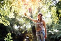 Härlig hippie i natur Arkivfoton