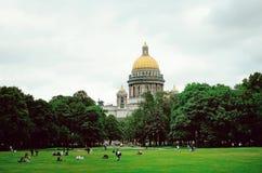 Härlig historisk arkitektur av staden av St Petersburg Folk som vilar på arkivfoton