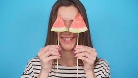 härlig holding som isoleras över barn för kvinna för vattenmelon för skiva le vitt stock video