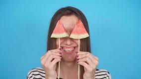 härlig holding som isoleras över barn för kvinna för vattenmelon för skiva le vitt arkivfilmer