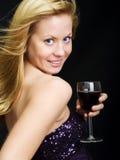 härlig holdingwinekvinna Royaltyfri Bild