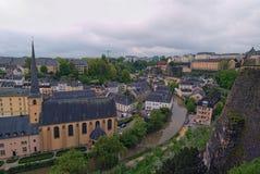 Härlig horisont av den gamla stadLuxembourg staden från bästa sikt i Luxembourg Abbaye St John Neimenster nära den Alzette floden Fotografering för Bildbyråer