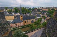 Härlig horisont av den gamla stadLuxembourg staden från bästa sikt i Luxembourg Abbaye St John Neimenster nära den Alzette floden Royaltyfri Bild