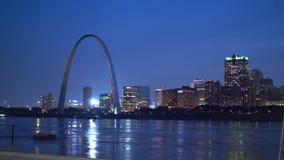 Härlig horisont av St Louis med nyckelbågen vid nattSaint Louis, USA - Juni 19, 2019 lager videofilmer