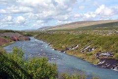 Härlig Hraunfossar vattenfall i Island i sommar royaltyfri foto