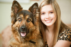 härlig hund dess fårkvinna Arkivfoto