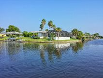 Härlig husbild vid vattenvägen arkivfoto