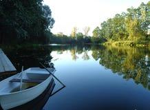 Härlig hytt för skogsjöfartyg vid vattnet i semesterorten royaltyfri foto