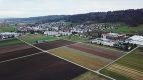 Härlig by i Schweiz field green Höst arkivfilmer