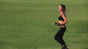 Härlig idrotts- flickaspring på vänstra sidan lager videofilmer