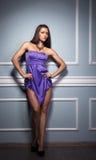 Härlig idrotts- kvinna i en blå klänning Royaltyfri Foto