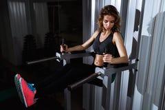 Härlig idrotts- kvinna som arbetar ab-mellanrum Royaltyfri Fotografi