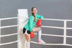 Härlig idrotts- ung kvinna med samlat hår som bär i gr royaltyfri bild
