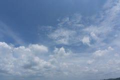 Härlig idyllisk blå himmel med molnet Royaltyfri Bild