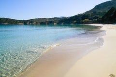Härlig idyllisk turkos bevattnar shoreline royaltyfri fotografi