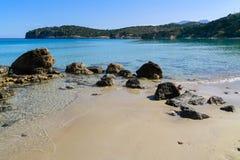Härlig idyllisk turkos bevattnar shoreline arkivbilder