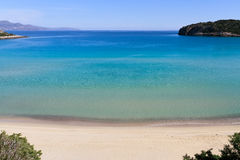 Härlig idyllisk turkos bevattnar shoreline royaltyfria bilder