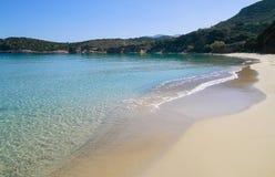 Härlig idyllisk turkos bevattnar shoreline royaltyfri bild