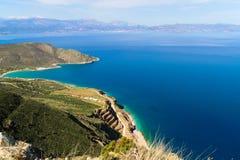 Härlig idyllisk turkos bevattnar shoreline royaltyfri foto