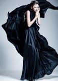 Härlig iklädd kvinnamodell en elegant klänning Arkivbilder