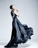 Härlig iklädd kvinnamodell en elegant klänning Royaltyfri Foto