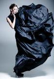 Härlig iklädd kvinnamodell en elegant klänning Arkivfoton