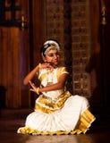 Härlig indisk flicka som dansar den Mohinyattam dansen i fortet Cochin, Arkivbild