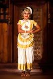 Härlig indisk flicka som dansar den Mohinyattam dansen i fortet Cochin, Arkivfoto