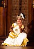 Härlig indisk flicka som dansar den Mohinyattam dansen i fortet Cochin, Royaltyfria Foton