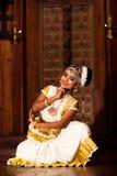 Härlig indisk flicka som dansar den Mohinyattam dansen i fortet Cochin, Arkivfoton