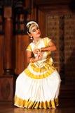 Härlig indisk flicka som dansar den Mohinyattam dansen i fortet Cochin, Royaltyfri Fotografi