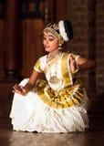 Härlig indisk flicka som dansar den Mohinyattam dansen i fortet Cochin, Fotografering för Bildbyråer