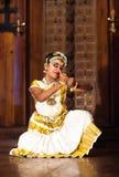 Härlig indisk flicka som dansar den Mohinyattam dansen i fortet Cochin, Royaltyfria Bilder