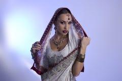 Härlig indisk kvinna i traditionella Sari Clothing med brud- Arkivbilder