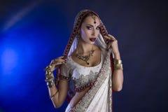 Härlig indisk kvinna i traditionella Sari Clothing med brud- Royaltyfri Foto