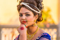Härlig indisk kvinna med etnisk makeup Arkivfoto
