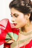 Härlig indisk kvinnlig modell i indisk saree royaltyfria foton