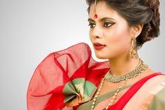 Härlig indisk kvinnlig modell i indisk saree fotografering för bildbyråer