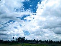 Härlig indisk sikt för molnig himmel för by arkivbilder