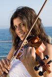 härlig indisk violinist Royaltyfria Bilder
