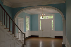 Härlig ingång i ett kolonialt hem Royaltyfri Fotografi