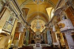 Härlig inre av den gamla fransmankyrkan Arkivbild