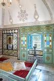 Härlig inre av ett gammalt rikt arabiskt hus med en prydnad på Royaltyfri Bild