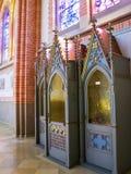 Härlig inre av Herz-Jesu Parish Church i Bregenz Österrike, en biktstol fotografering för bildbyråer
