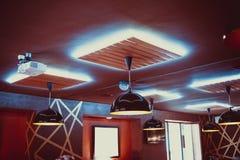 Härlig inre restaurang med lyxiga ljuskronor och aftonbelysning fotografering för bildbyråer