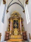 Härlig inre sikt av Namen-Jesu-Kirche, kyrka av det heliga namnet av Jesus i Bonn, Tyskland, högt altare royaltyfria bilder