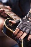 härlig inställning för gitarrladymood Royaltyfria Foton