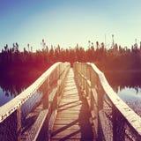 Härlig instagram av bron över vatten på gryning med effekt Arkivfoto