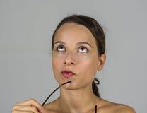 Härlig intellektuell flicka med exponeringsglas royaltyfri foto