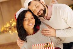 Härlig internationell parbindning på julafton Fotografering för Bildbyråer